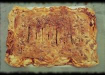Empanada de atún, huevos, pimientos asados y judías verdes